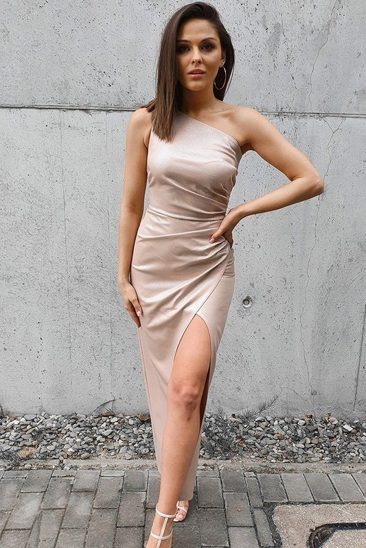 Sukienka na jedno ramię z rozcięciem- beżowy błysk